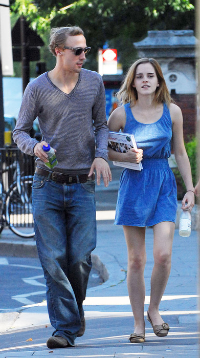 07704_Preppie_-_Emma_Watson_out_and_about_in_North_London_-_August_19_2009_211_122_1008lo (391x699, 122Kb)