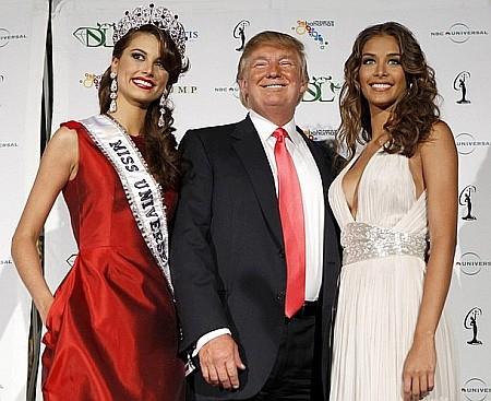 Миллиардер Дональд Трамп в окружении двух