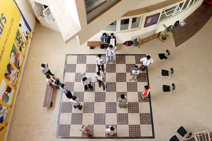 пол — шахматная доска