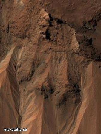 Овраги близко к краю кратера Hale на южном Марсе