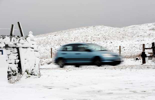 Зимняя погода: Великобритания пострадала от снега и морозов после наводнения.
