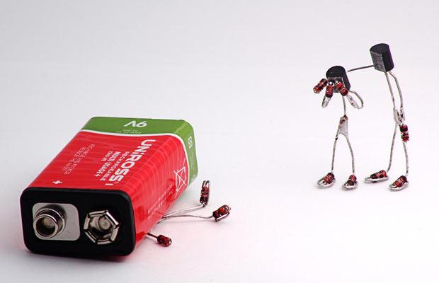 Sparebots: маленькие фигурки из светодиодов, резисторов, конденсаторов, проводов и других электронных запасных частей