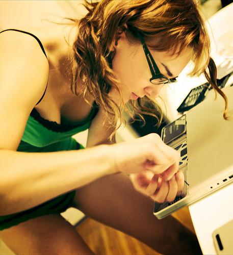 женщина ремонтирует ноутбук