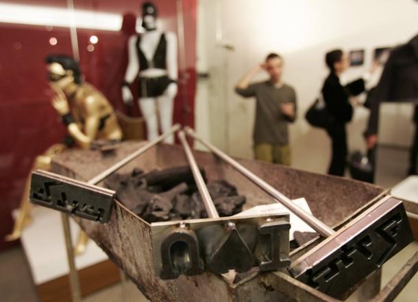 """""""Naughty"""" Художественная выставка в Бейруте, 10 декабря, 2009. Выставка состоит из 14 ограниченных установок."""
