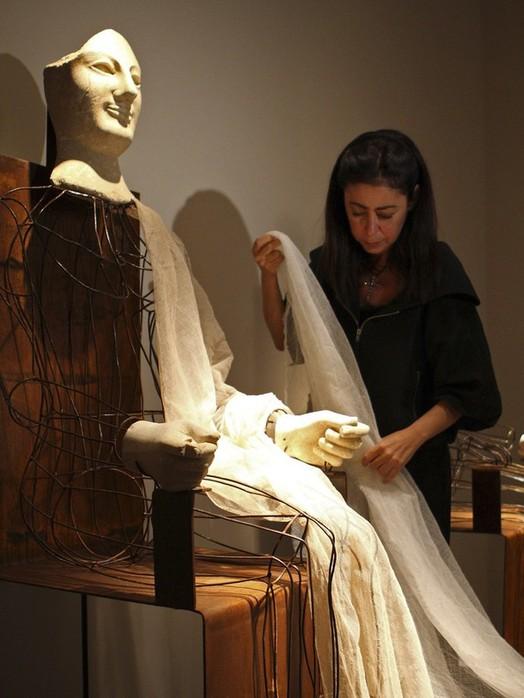 Итальянский модельер Marella Ferrera готовит Acroliti от Деметры и Коры