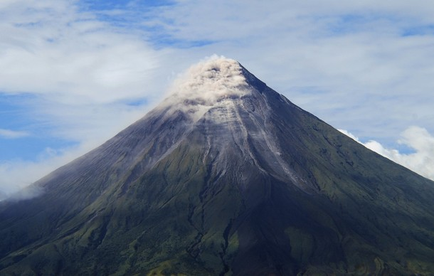 Вспышка вулкана Майон на Филлипинах: 50 000 человек эвакуированы.