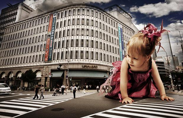 Totzilla: гигантские дети терроризируют город для рекламной кампании в Украине.