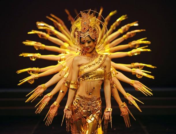 """Китайские танцоры во время репетиции шоу Дуньхуан танца """"Полет Apsars"""" в г. Тайбэй, Тайвань,12 декабря 2009."""