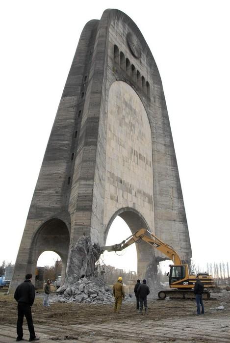 Разрушение мемориала в Кутаиси, Грузия, 17-19 декабря 2009 года.