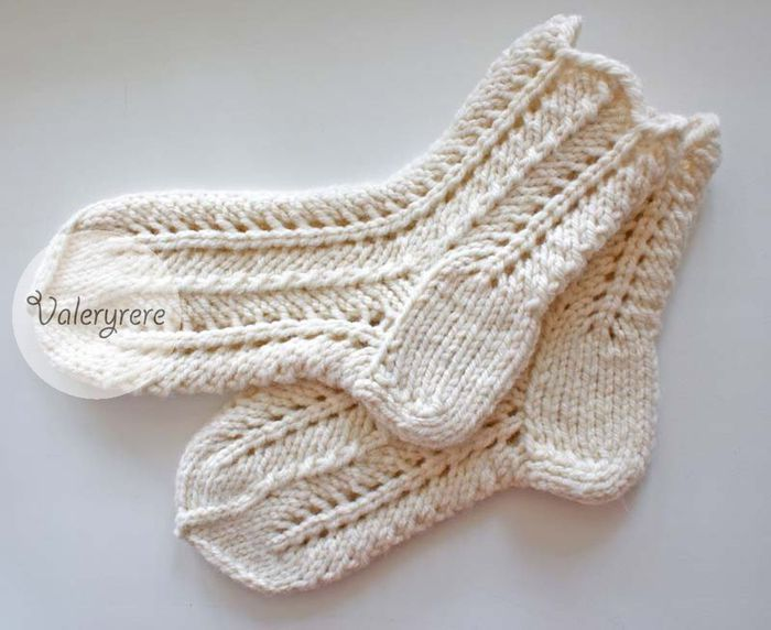 на спицах ажурные носки.
