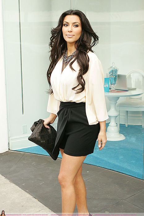 new-Kim_Kardashian_2010-01-09_-_leaves_a_Pepsi_Pop_Up_Store_(3) (466x699, 441Kb)