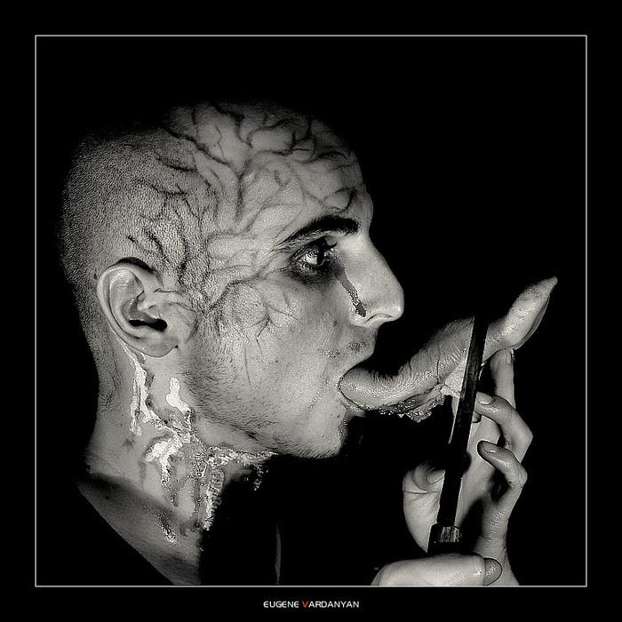 Никита Игнатчик отрезает язык. Фото Евгения Варданяна