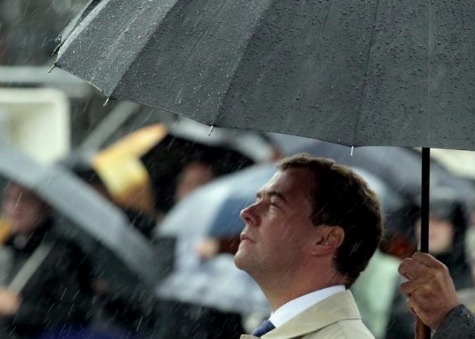 Президент РФ Дмитрий Медведев принимает участие в церемонии благословения у ворот  Спасской башни Кремля в Москве, 28 августа 2010 года.