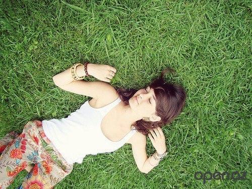 Фото девушек на аву лежа