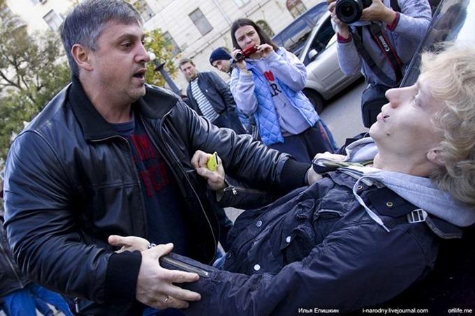Как нашист-провокатор получил по морде (фото и видео)