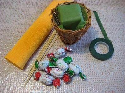 Цветы из гофрированной бумаги с конфетами (2) (399x299, 303Kb)
