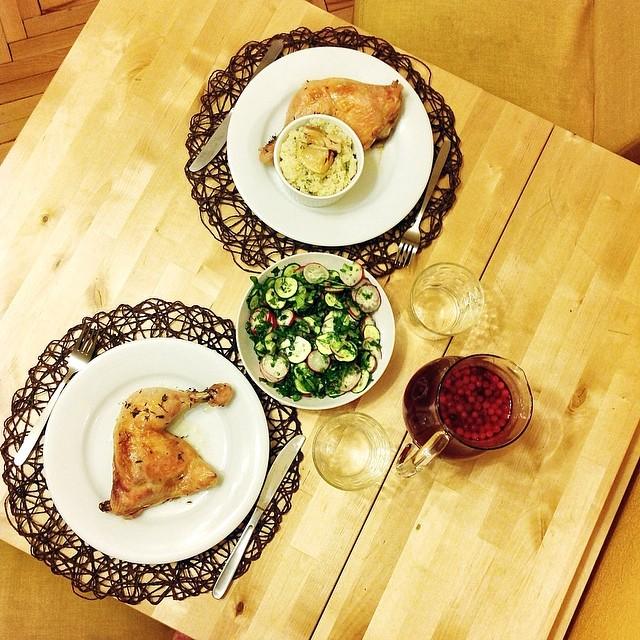 Курица, запеченная с лимоном, тимьяном и горой чеснока