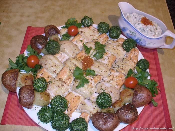 Праздничная плетенка из рыбы с картофельными грибочками и изумрудными шариками (1) (700x525, 227Kb)
