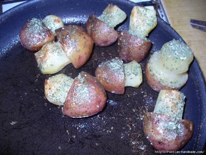 Праздничная плетенка из рыбы с картофельными грибочками и изумрудными шариками (9) (700x525, 222Kb)