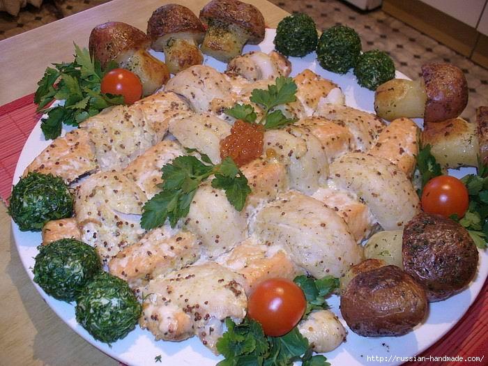 Праздничная плетенка из рыбы с картофельными грибочками и изумрудными шариками (11) (700x525, 247Kb)