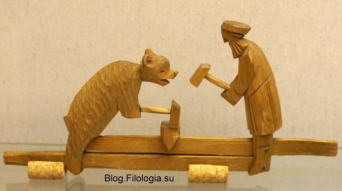 Кузнецы. Деревянная игрушка конца 19 века. Петербург, Русский музей. (699x391, 32Kb)