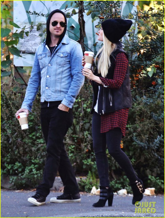 aaron-paul-wife-share-sweetest-pda-moment-05 (529x700, 123Kb)