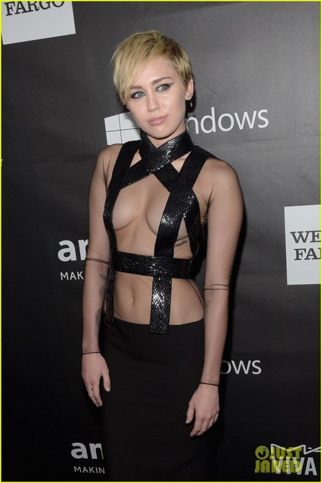 miley-cyrus-fierce-sexy-at-amfar-gala-06 (466x700, 59Kb)