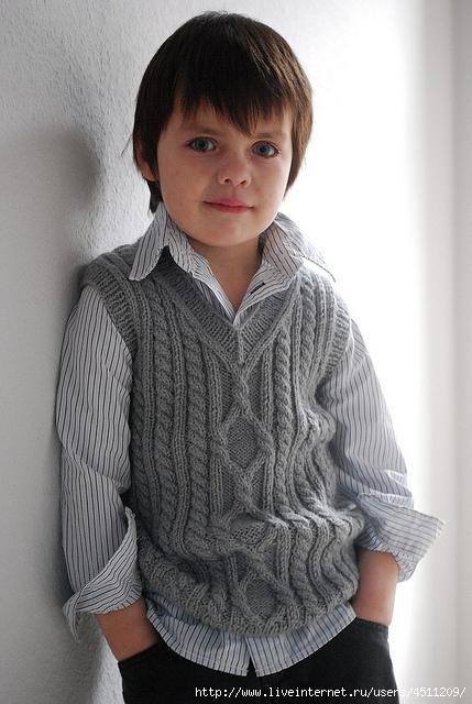 жилет для мальчика спицами косами