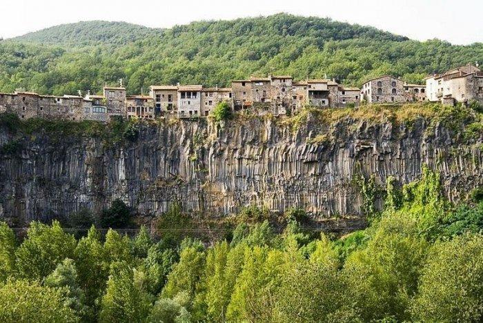 достопримечательности испании деревня Кастельфольит-де-ла-Рока 1 (700x468, 420Kb)