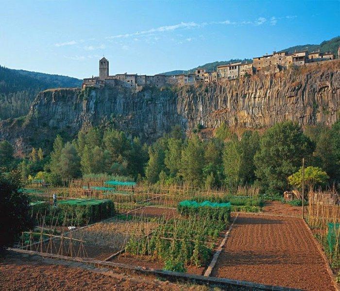 достопримечательности испании деревня Кастельфольит-де-ла-Рока 2 (700x599, 442Kb)