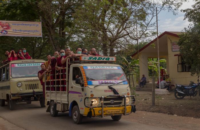 монахи на машине (700x454, 455Kb)