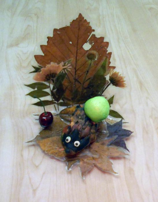 осенние поделки вместе с деттьми, поделки детей из природного материала, как сделать с ребенком ёжика, из чего можно сделать ежика с ребенком, поделки из сухих листьев, что можно сделать из засушенных листьев, поделки из гербария, что можно сделать из гербария, Хьюго Пьюго поделки детей из сухих листьев, поделки детей в детском саду,