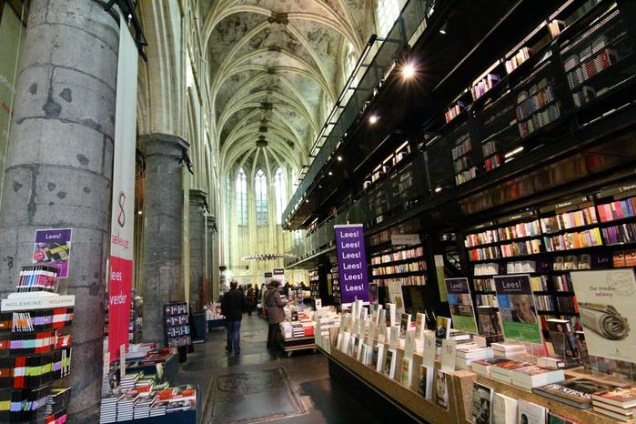 книжный магазин в здании церкви 2 (700x466, 456Kb)