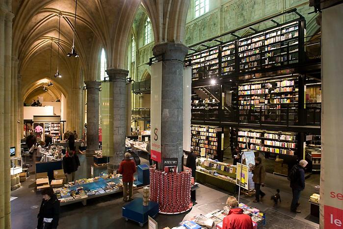 книжный магазин в здании церкви 7 (700x467, 482Kb)