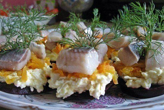Как красиво выложить селедку на блюдо