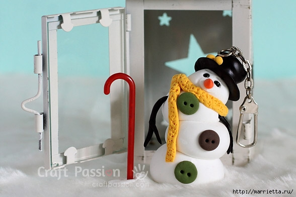 Веселый снеговик. Брелок для ключей из полимерной глины (1) (588x392, 115Kb)