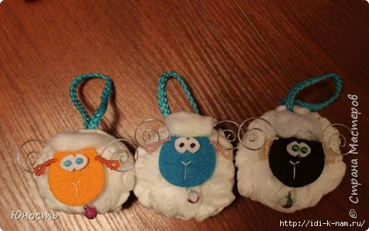 как сделать овечку из ватных дисков, из чего можно сделать овечку, овечка из ватных дисков, как сделать символ 2015 года. из чего сделать символ 2015 года. овечка из бросового материала Хьюго Пьюго,
