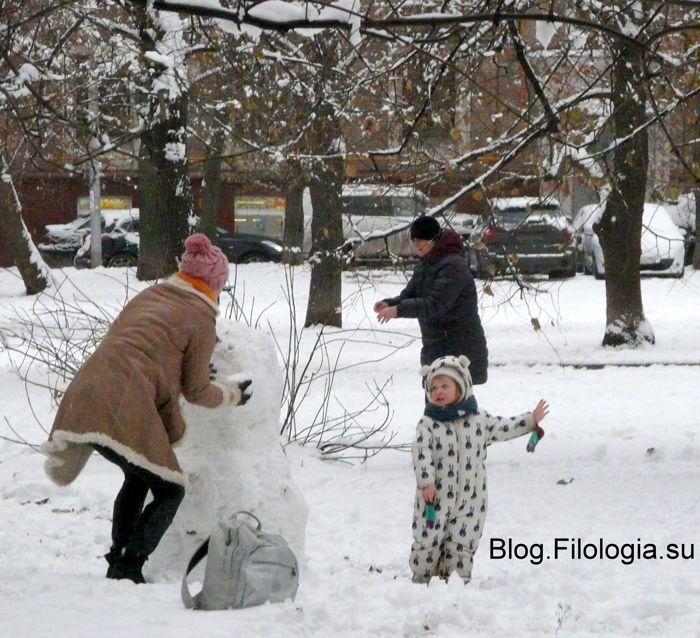 Мама лепит снеговика (700x638, 96Kb)