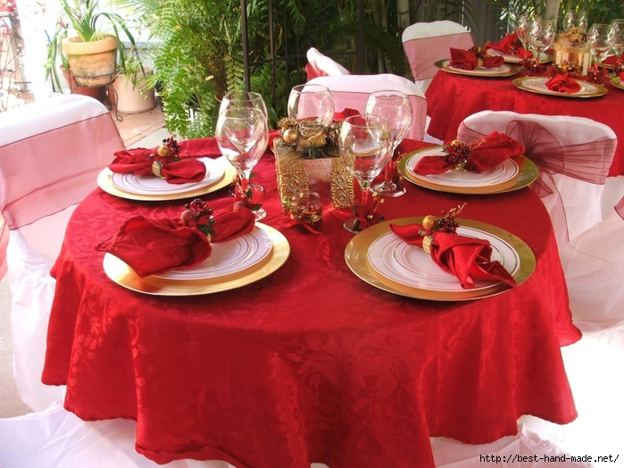 Most-beautiful-christmas-decoration-for-table-round-designs-with-red-napery-and-lovely-chairs-and-elegant-napkin-decor-with-luxury-centerpieces-915x686 (700x524, 293Kb)