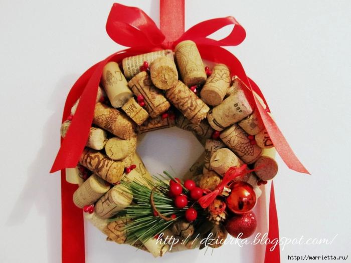 Стильный рождественский венок из винных пробок (1) (700x525, 266Kb)