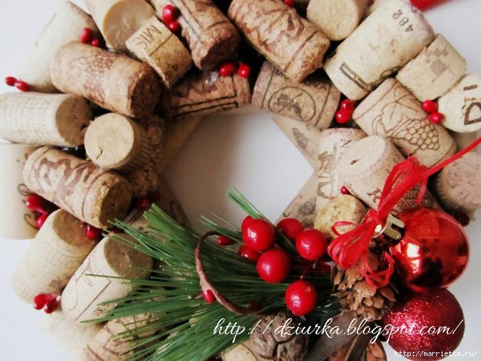 Стильный рождественский венок из винных пробок (3) (700x525, 312Kb)