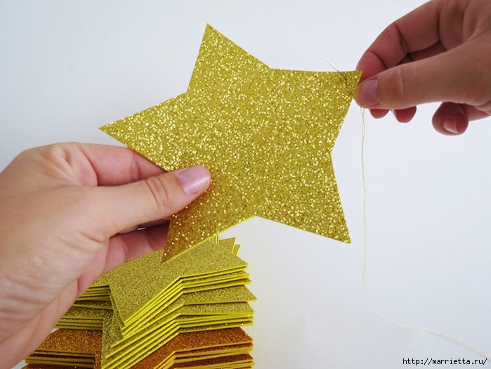 Наряжаем новогоднюю елочку золотыми звездами из бумаги (3) (700x525, 224Kb)
