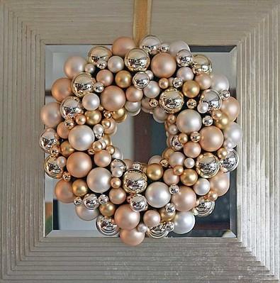 Новогодние венки из елочных шаров (44) (395x399, 171Kb)