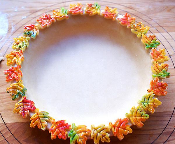 Разноцветное украшение края пирога (600x494, 349Kb)