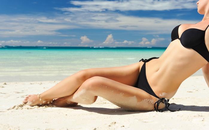 Красотки нежатся на пляже
