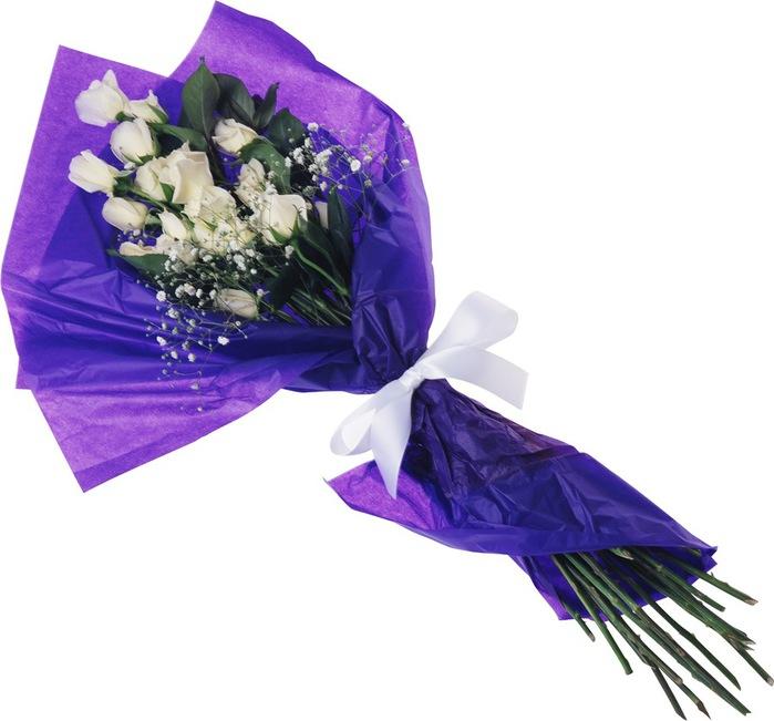 Белые розы в фиолет упаковке мужчине (700x651, 86Kb)