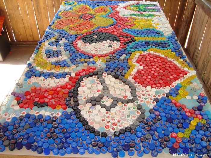 Массажный коврик из крышек от пластиковых бутылок (2) (700x525, 447Kb)