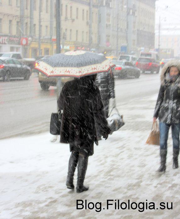 Женщина под зонтом в метель (573x700, 54Kb)