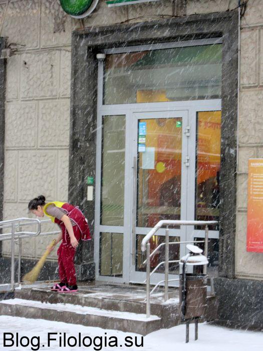 Девушка сметает веником снег с крыльца. (525x700, 73Kb)