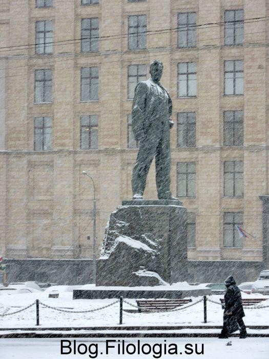 Москва. Триумфальная площадь. Памятник Маяковскому в метель. Фото. (525x700, 76Kb)